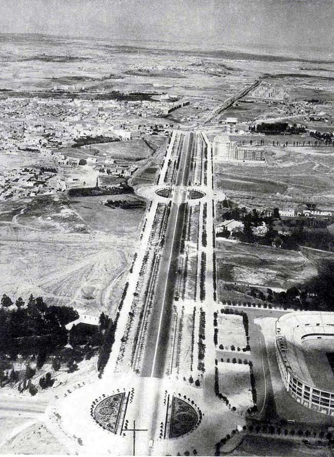 Abajo a la derecha, el todavia Estadio de Chamartin, arriba Corea en Construcción