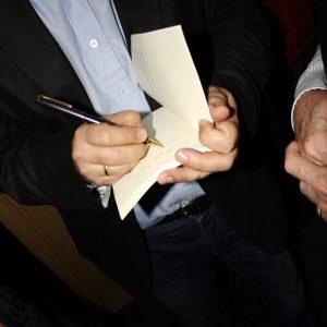 El autor firmando