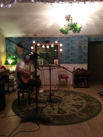 Alberto Montero grabando en el estudio